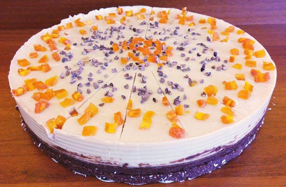 Торта с шоколадов крем, бадемов крем и парченца сушени праскови