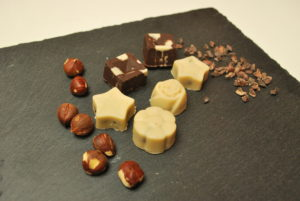 Шоколадови бонбони с лешников пълнеж и бял веган шоколад